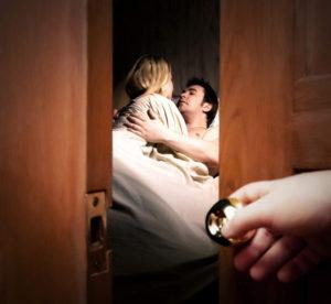 Мужчина спит бывшей женой